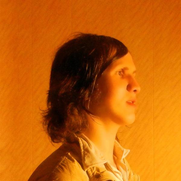 Красивый парень с длинными волосами